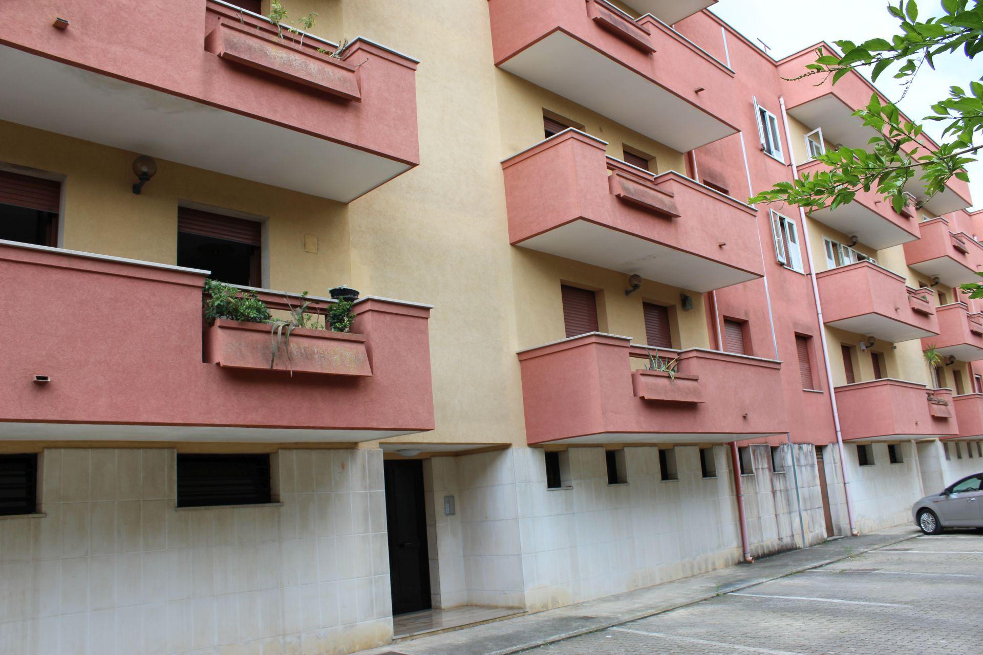 (Italiano) Francavilla Fontana Viale Abbadessa 3° Piano + Cantinola + Box Auto + Parcheggio scoperto interno.